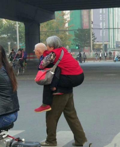 Bức ảnh cụ ông tóc bạc phơ cõng bạn đời qua một ngã tư ở Bắc Kinh đang lan nhanh trên mạng Trung Quốc, làm tan chảy trái tim mọi người. cu-ong-79-tuoi-cong-vo-sang-duong    Loạt ảnh trên Weibo cho thấy người vợ hình như gặp trục trặc ở chân, được người chồng già đỡ rồi sau đó cõng sang đường.  cu-ong-79-tuoi-cong-vo-sang-duong-1    Khi tôi đến tuổi đó, tôi hy vọng sẽ có một người yêu mình nhiều đến thế, một cư dân mạng bình luận.