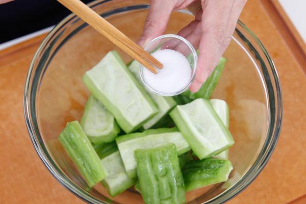 Bước 2: Mướp đắng bỏ ruột, rửa sạch rồi cắt thành khúc. Ướp mướp đắng với một chút muối trong 10 phút rồi rửa lại với nước