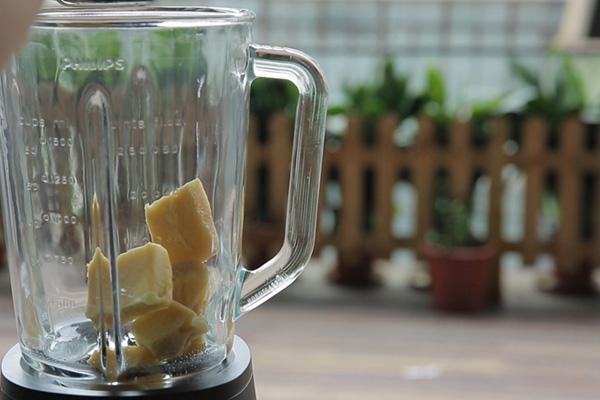 Bước 2: Sau khi kem xoài đã đông thì cắt thành miếng cho vào khay đá, để trong tủ lạnh khoảng 6 giờ.