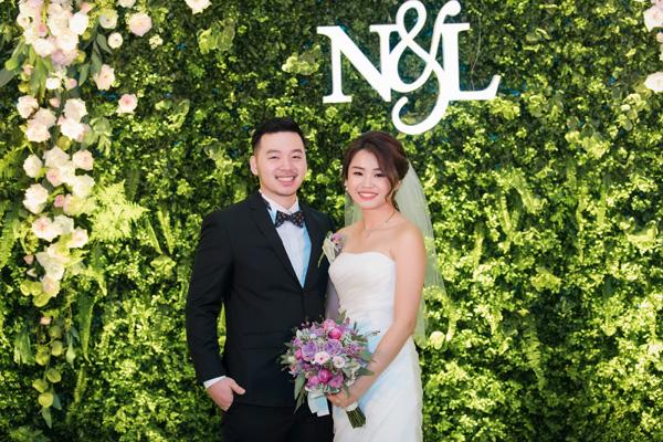 [Caption]Chú rể Nguyễn Tùng Linh hiện là một phi công trẻ. Vợ anh, Tuyết Nga, đang làm việc về lĩnh vực thời trang. Cặp đôi đều thuộc thể hệ 9X năng động, trẻ trung.