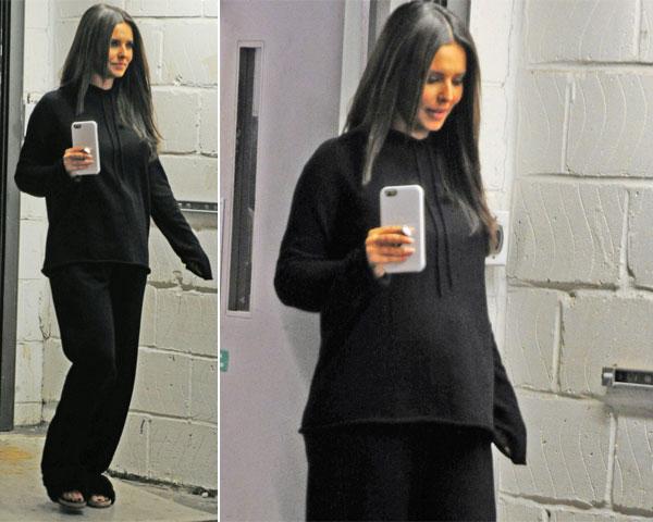 Người đẹp Cheryl mặc đồ rộng vẫn lộ vòng hai lùm lùm.