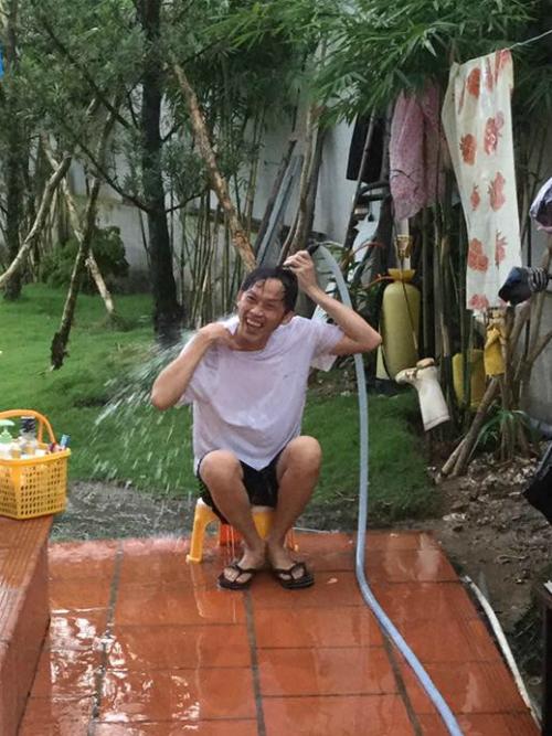Hoài Linh bị chụp trộm khi đang tắm ở sân nhà, danh hài kêu trời: Tắm mà cũng chụp lén là sao trời.