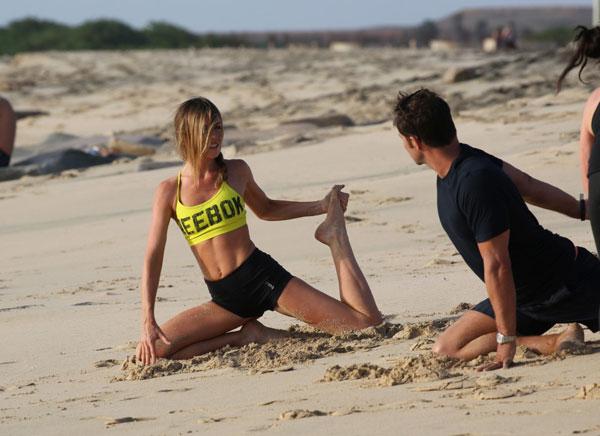 vo-crouch-tap-yoga-tren-bai-bien-6