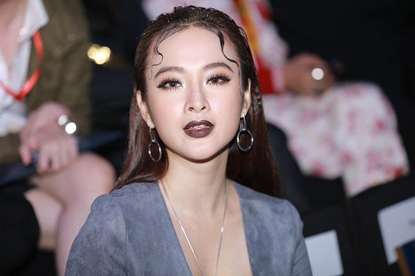 angela-phuong-trinh-lay-tay-che-nguc-vi-so-ho-henh-5