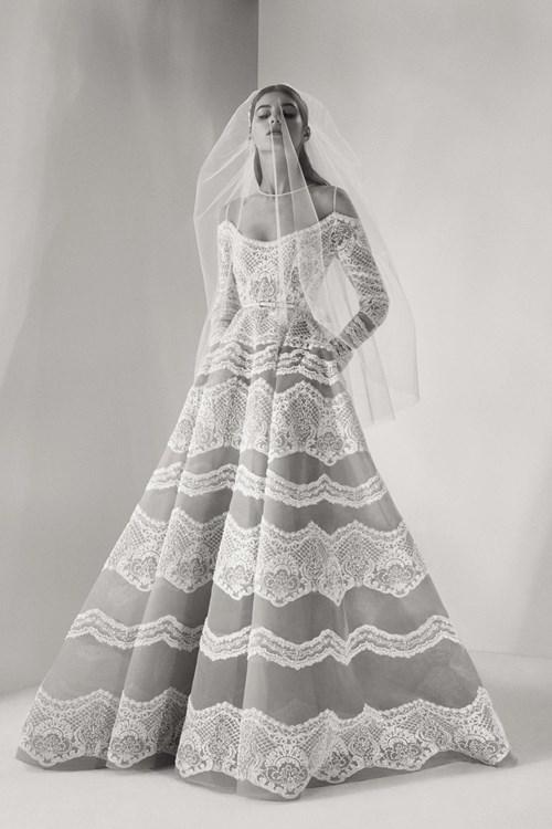[Caption]Những điểm nhấn tinh tế như áo choàng sang trọng có thể tháo rời, vải ren đính cườm, mạng che mặt& đều giúp các cô dâu thêm phần nổi bật.