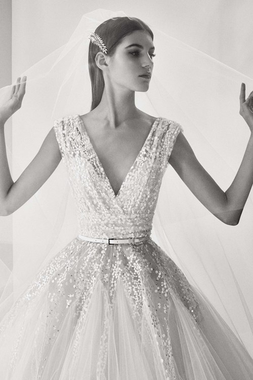 [Caption]Elie Saab là một trong những thương hiệu thời trang cao cấp danh tiếng nhất thế giới. Trong đó dòng váy cưới Haute Couture với những mẫu váy lộng lẫy là niềm ước ao của hàng triệu cô gái ở khắp nơi trên thế giới.