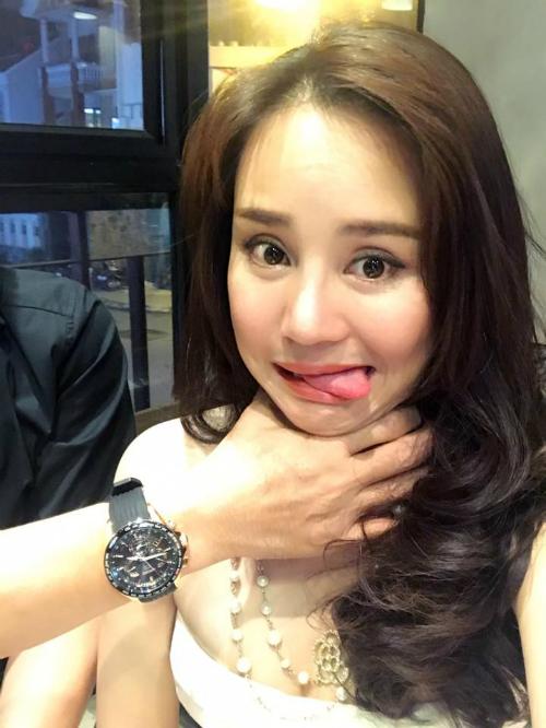 Vy Oanh đăng ảnh hài hước bị chồng hù dọa, cô viết: