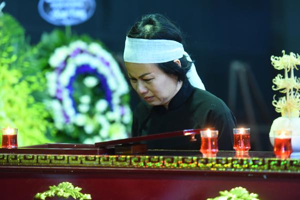 gia-dinh-dong-nghiep-roi-nuoc-mat-trong-tang-le-nsut-pham-bang-9