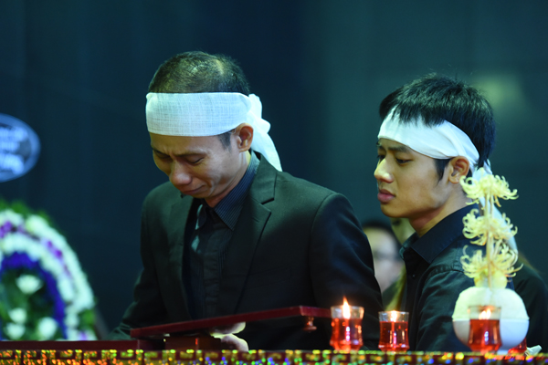 gia-dinh-dong-nghiep-roi-nuoc-mat-trong-tang-le-nsut-pham-bang-10