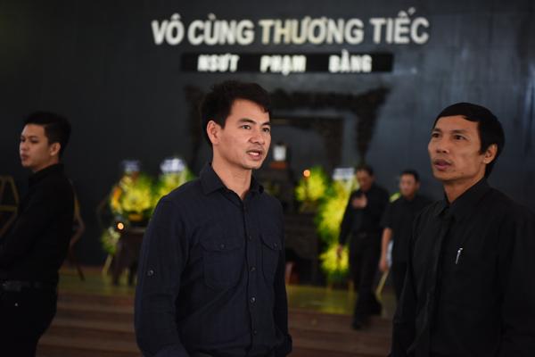 gia-dinh-dong-nghiep-roi-nuoc-mat-trong-tang-le-nsut-pham-bang-2