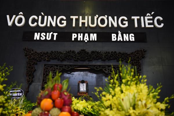gia-dinh-dong-nghiep-roi-nuoc-mat-trong-tang-le-nsut-pham-bang