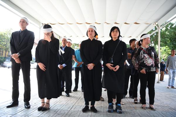 gia-dinh-dong-nghiep-roi-nuoc-mat-trong-tang-le-nsut-pham-bang-8