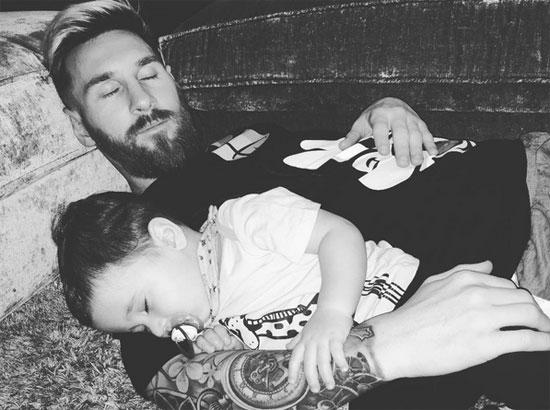 Messi ôm cậu con trai thứ hai, Mateo, ngủ ngon lành.
