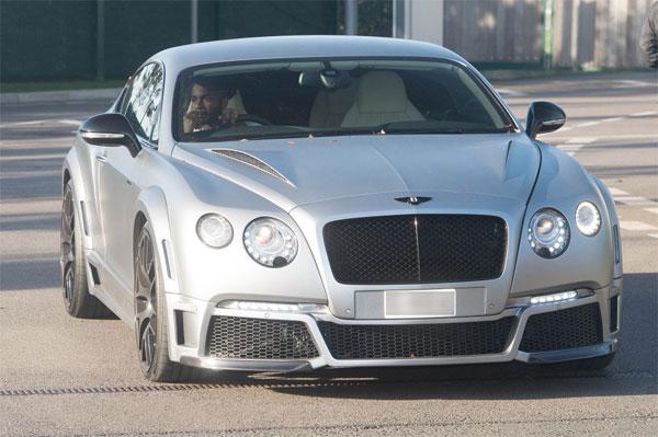 Sterling lái chiếc Bentley màu bạc