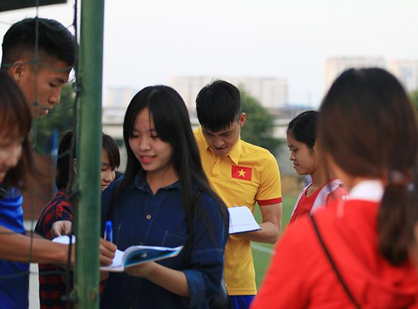 fan-nu-kem-chat-cong-vinh-va-dong-doi