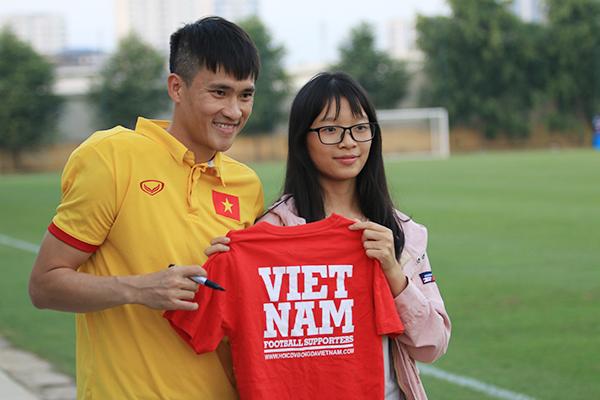 fan-nu-kem-chat-cong-vinh-va-dong-doi-2