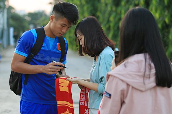 fan-nu-kem-chat-cong-vinh-va-dong-doi-9