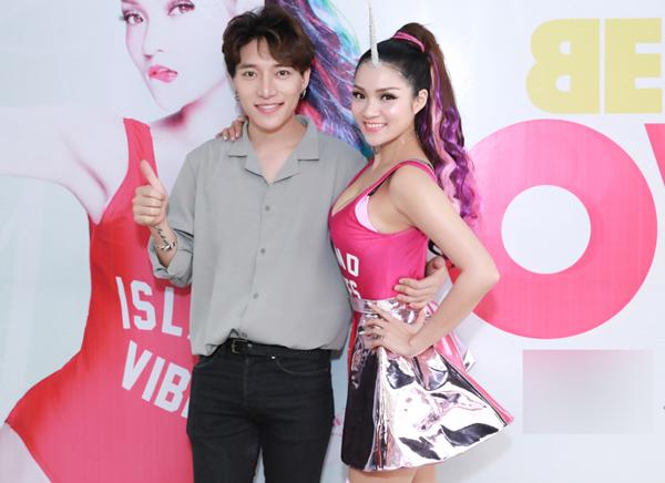 thuy-top-mac-sexy-gan-sung-trong-su-kien-2