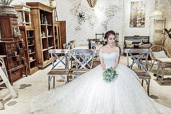 Trong bộ sưu tập, nhà thiết kế đã khéo léo mang nét e ấp mà vẫn gợi cảm cho cô dâu trong mùa cưới 2017. Những mẫu váy này đều được may thủ công từ những chất liệu cao cấp để làm nổi bật dáng váy.