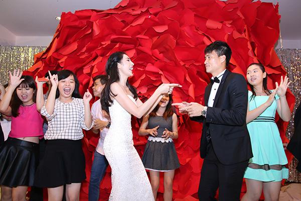 [Caption]Sau 6 năm bên nhau và có với nhau một cô công chúa xinh xắn, Thủy Tiên và Công Vinh đã tổ chức một đám cưới hoành tráng vào ngày 27.12 tại Kiên Giang (quê Thủy Tiên) và ngày 1.1.2015 tại Nghệ An (quê Công Vinh).
