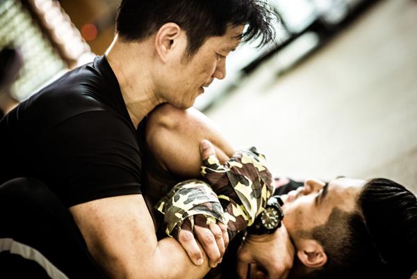 thien-nguyen-giup-dustin-tap-luyen-cho-phim-hanh-dong-moi-8
