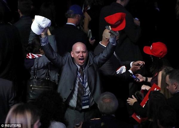 Những người ủng hộ Trump cởi bỏ chiếc mũ in câu khẩu hiệu quen thuộc trong chiến dịch tranh cử của nhà tài phiệt New York - Khiến nước Mỹ vĩ đại trở lại - cùng chia vui.