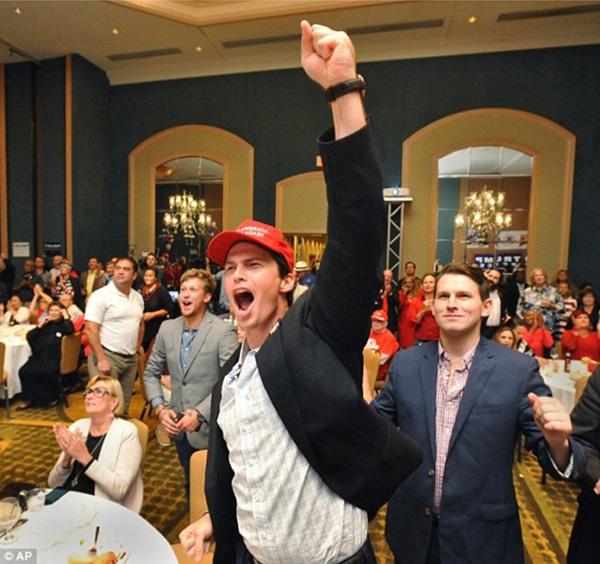 Không khí tươi vui cũng tràn ngập một khán phòng ở Florida, nơi những người ủng hộ ông Trump tụ tập để cùng xem kết quả bầu cử.