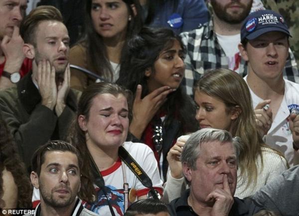 Trái ngược với niềm vui của những người ủng hộ tỷ phú Mỹ, các cử tri bầu cho cựu ngoại trưởng Clinton lúc này rơi vào trạng thái hoang mang tột độ. Nỗi lo lắng hiện rõ trên khuôn mặt họ.
