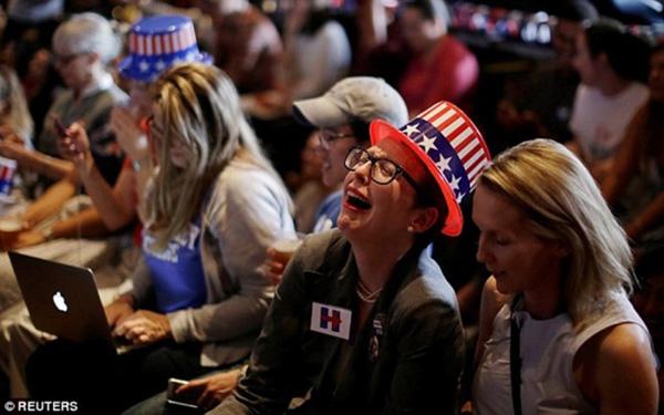 Một người ủng hộ bà Clinton tại Đại học Sydney, Australia, bật khóc vì thất vọng trước kết quả bầu cử không nghiêng về phía cựu ngoại trưởng Mỹ.