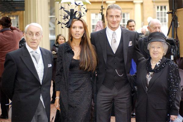 Vợ chồng Becks và ông bà Joseph-Peggy West trong lễ nhận danh hiệu OBE của anh tại cung điện Buckingham năm 2006.