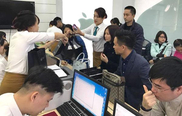 Tại cửa hàng Viettel Store ở Thái Hà (Hà Nội), lượng khách mua iPhone 7 và 7 Plus đông nhưng cũng không còn cảnh chen chúc.