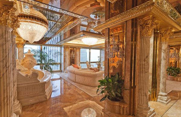 Căn penthouse 3 tầng sang trọng mà Donald Trump cùng vợ, bà Melania, và con trai Barron đang sống nằm trong tầng 66 của Tháp Trump ở Fifth Avenue, thành phố New York.