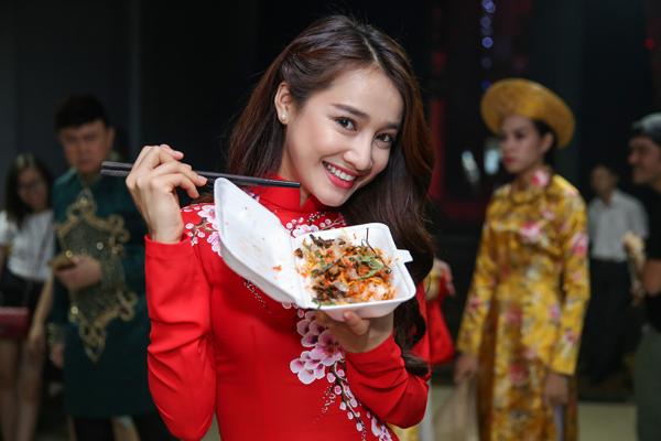 nha-phuong-truong-giang-dien-ao-dai-doi-nam-tay-khong-roi-6