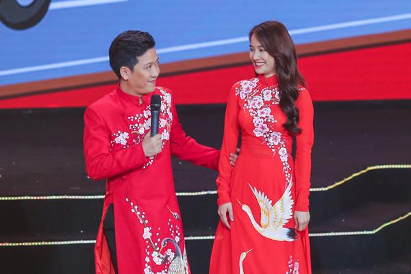 nha-phuong-truong-giang-dien-ao-dai-doi-nam-tay-khong-roi-9