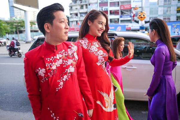 nha-phuong-truong-giang-dien-ao-dai-doi-nam-tay-khong-roi-1