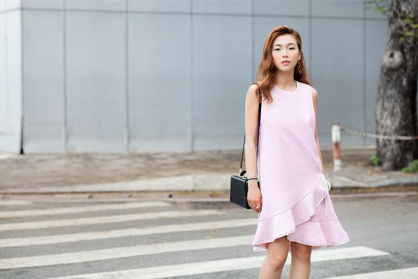 Cùng váy áo in hoạ tiết nhí, những tông màu dịu ngọt như hồng pastel, xanh thiên thanh tiếp tục được sử dụng để mang đến nhiều kiểu trang phục dạo phố tôn nét nữ tính.
