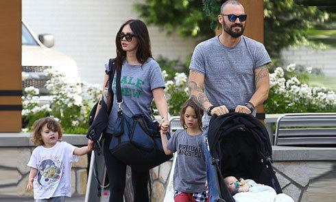 Megan Fox tay xách nách mang khi đưa 3 con nhỏ đi chơi
