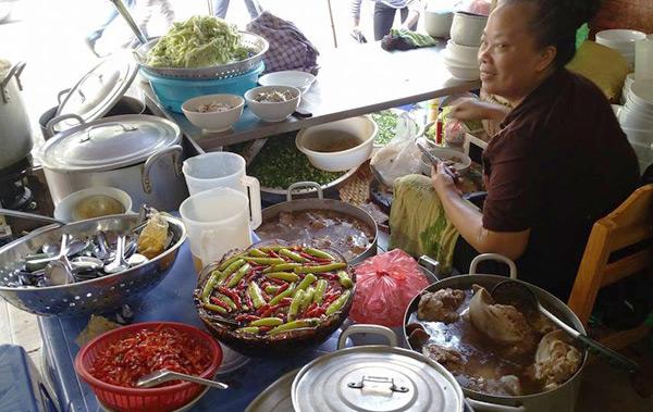 vo-chong-thu-phuong-do-loi-cho-quan-bun-chui-ha-noi-2