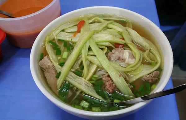 vo-chong-thu-phuong-do-loi-cho-quan-bun-chui-ha-noi-1