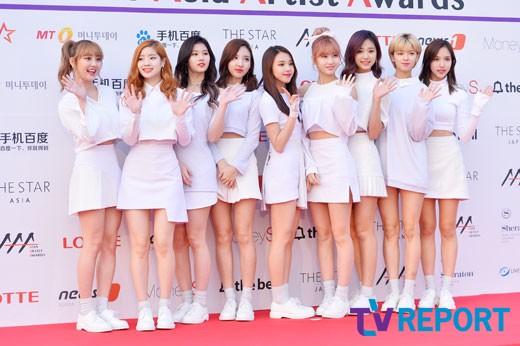 Nhóm Twice với 9 cô gái xinh đẹp, dễ thương.