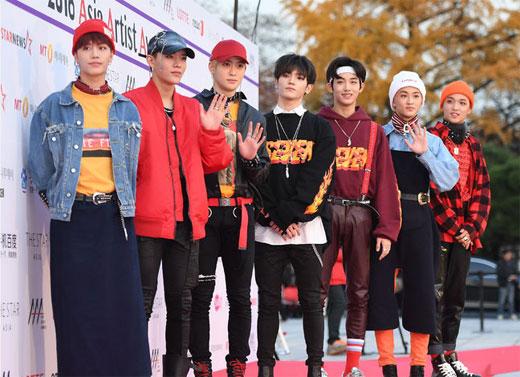7 thành viên nhóm NCT gây ấn tượng với nhiều kiểu thời trang lạ mắt.