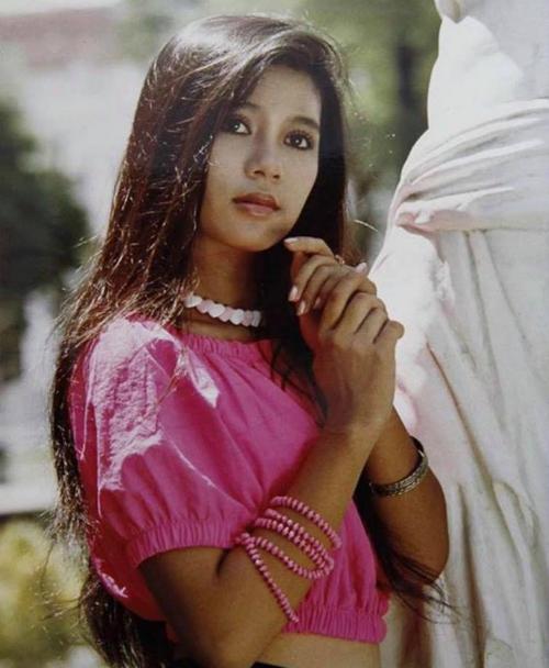 Việt Trinh đăng ảnh bức ảnh xinh đẹp thời trẻ, nữ diễn viên chia sẻ: Năm 1992 hắn cũng biết mode hở bụng rồi nha! Thích nhất tấm hình này. Ước gì mái tóc của mình đc đẹp như xưa.
