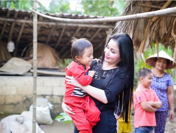 Người dân cảm kích trước sự gần gũi và nhân ái của Hoa Hậu Việt Nam Hoàn Cầu 2016 Jany Thủy Trần.