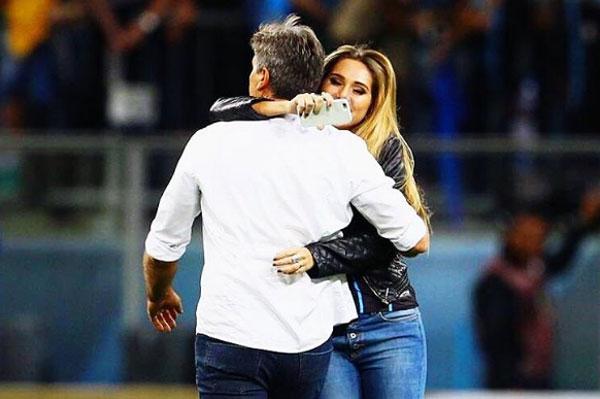 Cô con gái của HLV Renato Gauto chúc mừng chiến thắng của Gremio. Ảnh: TT.