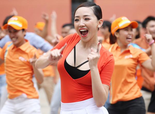 toc-tien-mac-vay-ngan-nhay-flashmob-cung-pham-anh-khoa-4