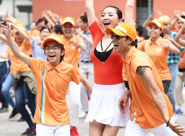 toc-tien-mac-vay-ngan-nhay-flashmob-cung-pham-anh-khoa-5
