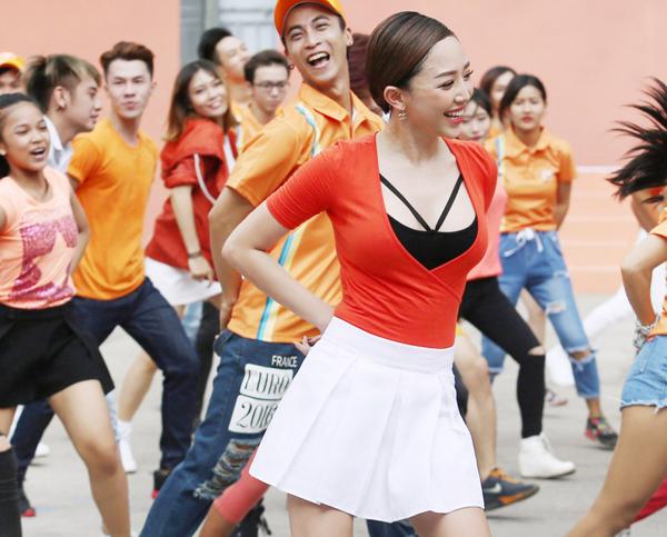 toc-tien-mac-vay-ngan-nhay-flashmob-cung-pham-anh-khoa-6