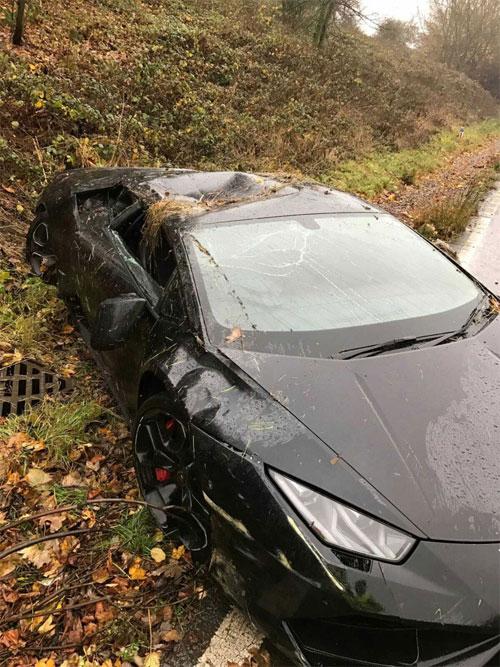 Xe của Schlupp bị lõm ở phần nóc gần tay lái