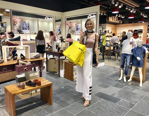 Stylist Diệp Linh Châu nhanh chóng tìm kiếm cho mình những item mới mẻ từ các thương hiệu yêu thích.