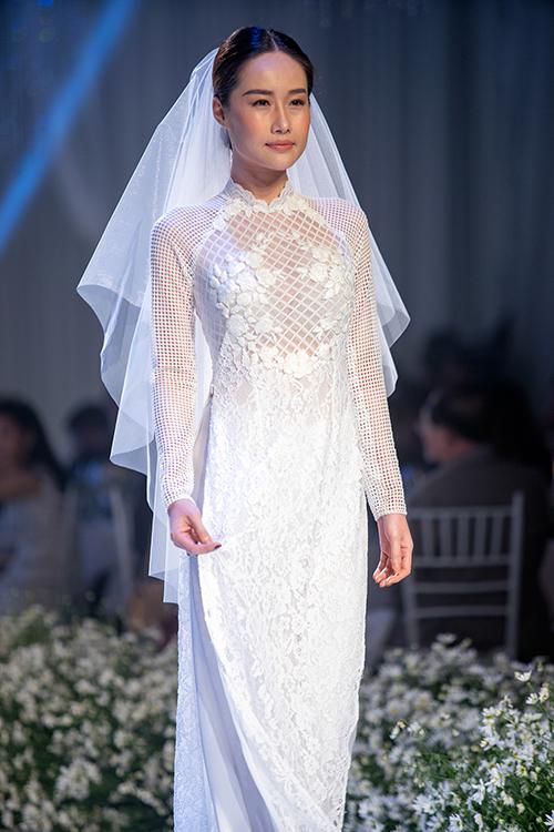 [Caption]Những chiếc áo dài trắng với sắc màu nhẹ nhàng kết hợp cùng các chi tiết thủ công cầu kỳ như thêu tay, móc len, tạo nên điểm nhấn ấn tượng.